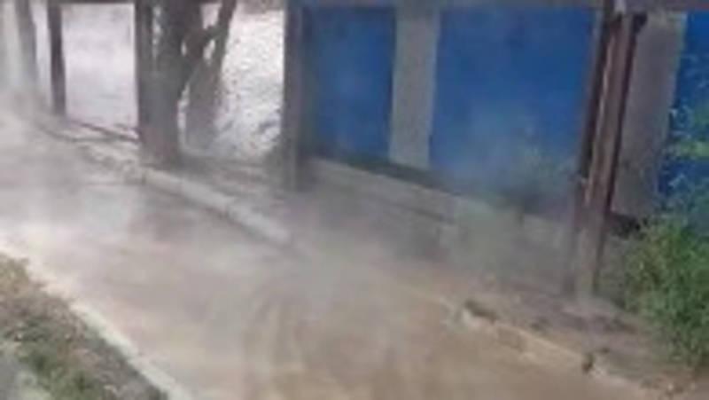 На улице Тыныстанова прорвало трубу горячей воды. Видео
