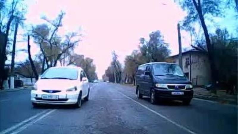Водитель Jorgo Taxi проехал выехал на встречку и проехал на красный. Видео
