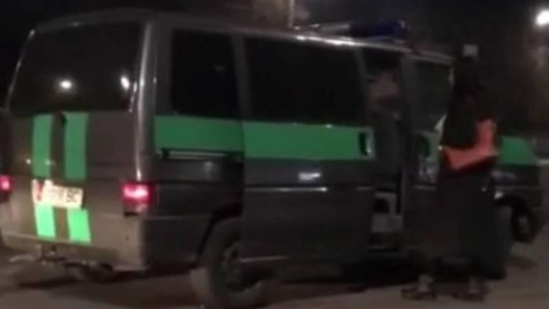 Инкассаторская машина набирает пассажиров в Токмок. Видео очевидца