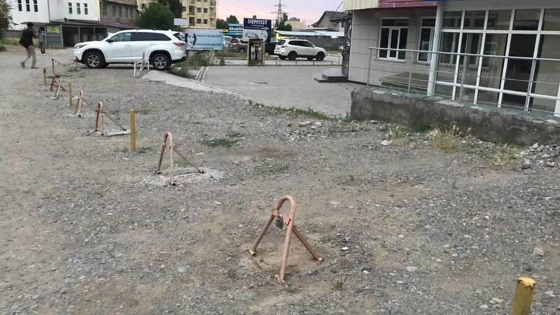 Законно ли у медцентра на ул.7 апреля установили парковочные барьеры? - горожанин