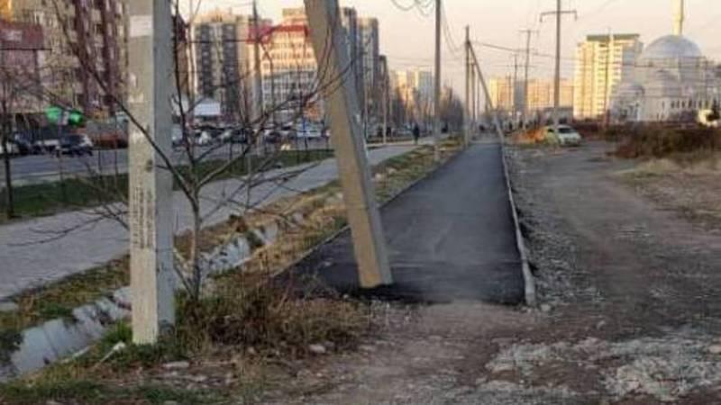 В Джале новый тротуар проложили вокруг бетонного столба. Фото