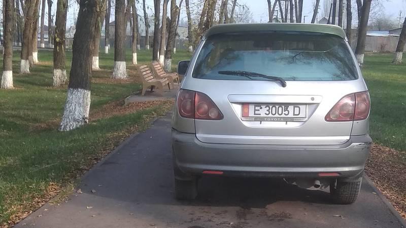 Toyota, у которой 44,5 тыс. сомов штрафов в Carcheck, заехала в парк им.Тулебердиева. Фото