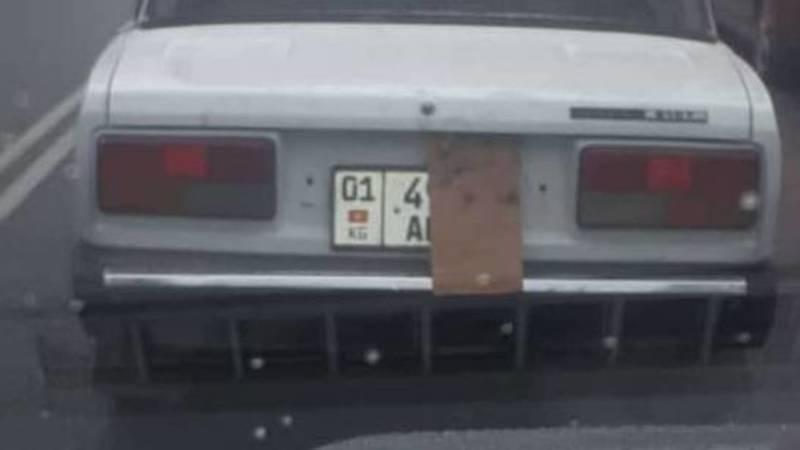 Водитель «Жигулей» закрыл госномер картоном. Фото