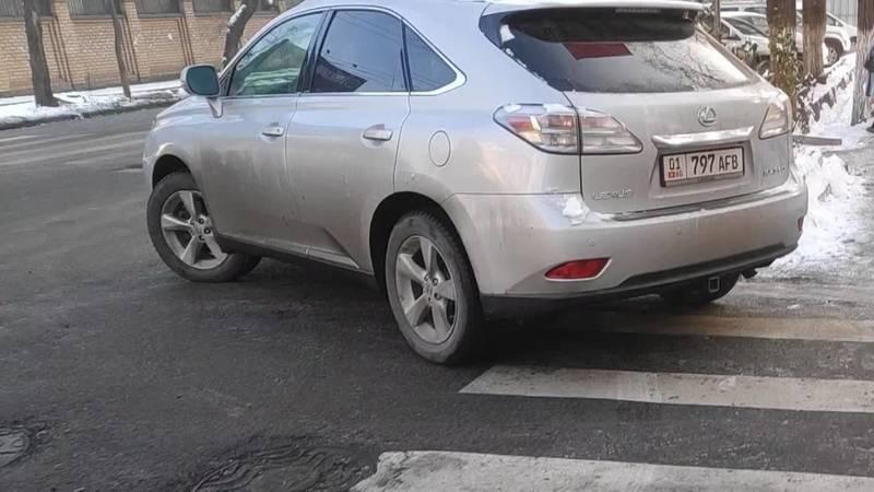 Lexus RX 350 припарковали на зебре на Орозбекова, - очевидец