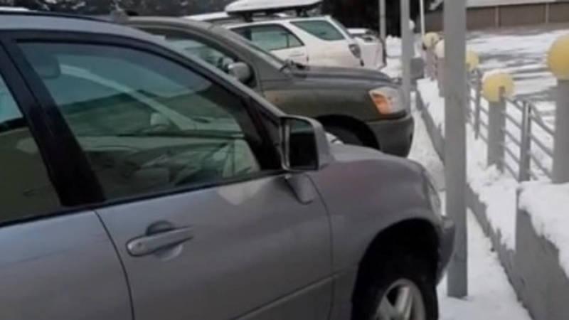 На ул.Жукеева-Пудовкина машины припаркованы на тротуаре, - горожанин