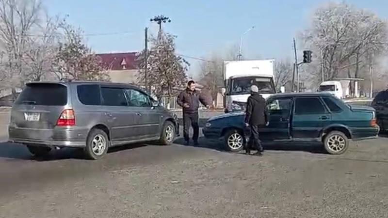 Житель Кара-Балты жаловался на неработающий светофор и снял на видео момент ДТП