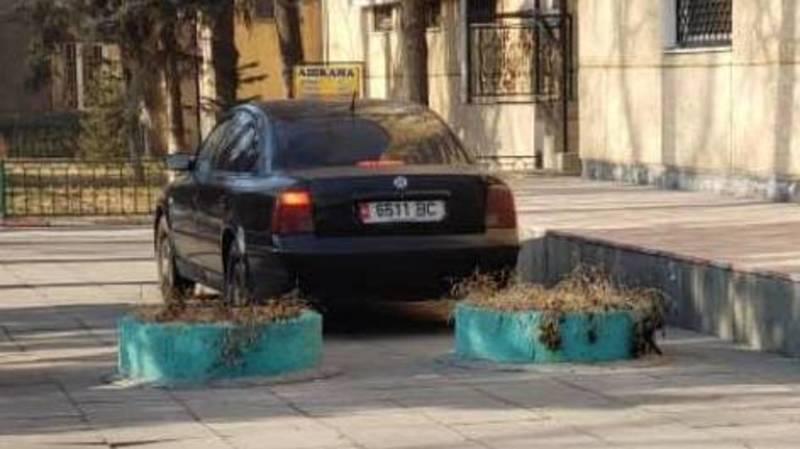 «Пассат», находящийся в залоге или в аресте, припаркован на тротуаре на Фрунзе. Фото