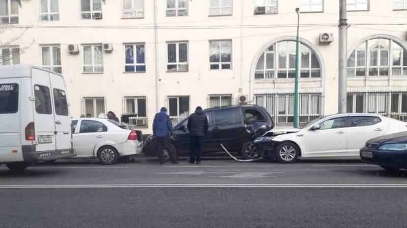 Возле Нацбанка произошло ДТП с участием трех машин