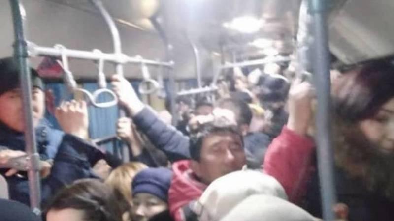 В автобусах очень много людей из-за отсутствия маршруток, - горожанин