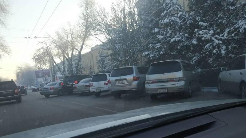 Возле поликлиники МВД убрали знак «Остановка запрещена», но машины все равно паркуются неправильно. Фото горожанина Рустама