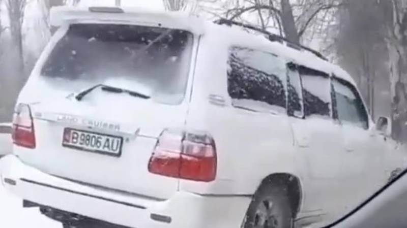 Toyota Land Cruiser из-за гололеда вылетел с дороги. Видео и фото