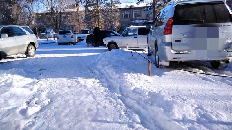 В Кербене посетители больницы беспорядочно паркуют машины. Фото местного жителя