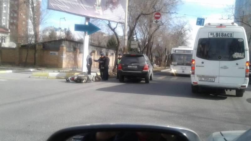 В Бишкеке водитель на кроссовере сбил мотоциклиста