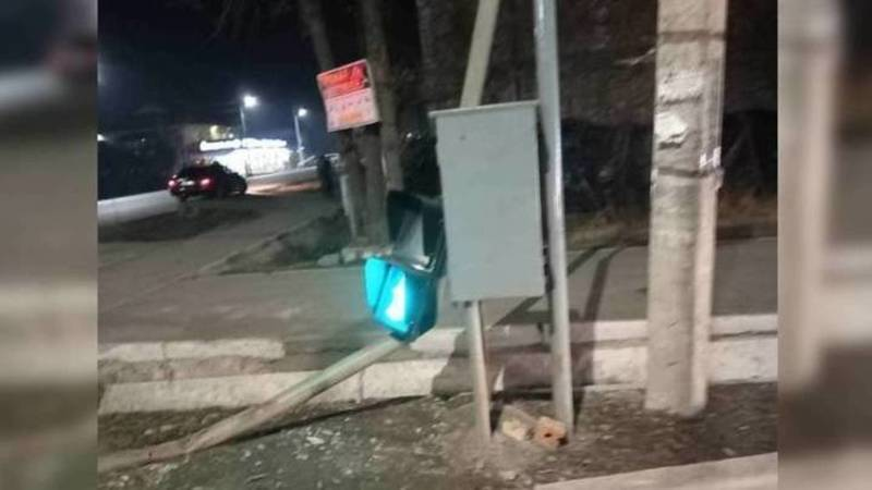 Светофор на Орозбекова сбит в результате ДТП, - мэрия