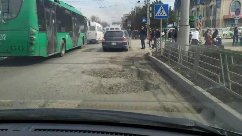Бишкекчанин жалуется на ямы на дороге возле Ошского рынка. Фото