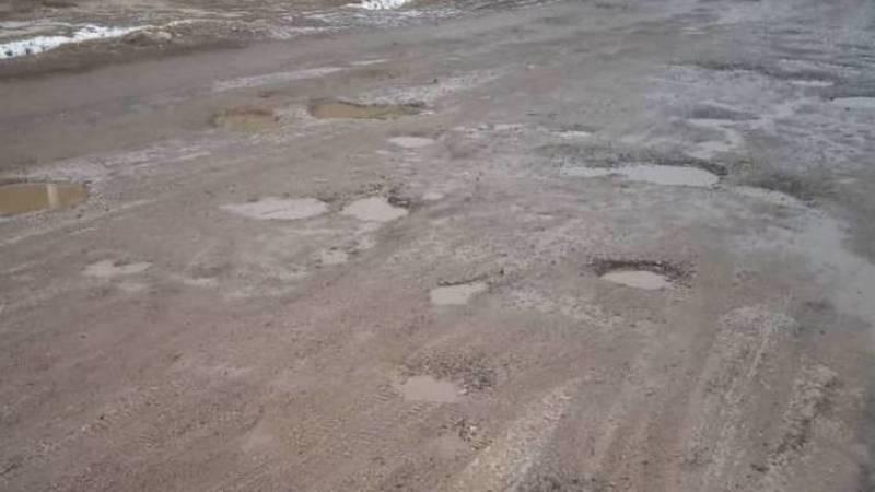 Житель села Коргон-Таш жалуется на состояние дороги. Фото