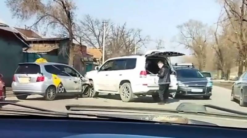 «Фит» из «Яндекс Go» столкнулся с Lexus LX 570. Фото и видео