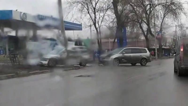 На Гарарина столкнулись две машины. Видео с места аварии