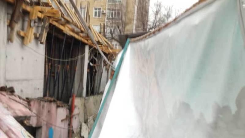 Забор детсада и кухня обрушились в котлован строящейся многоэтажки в Бишкеке. Видео и фото