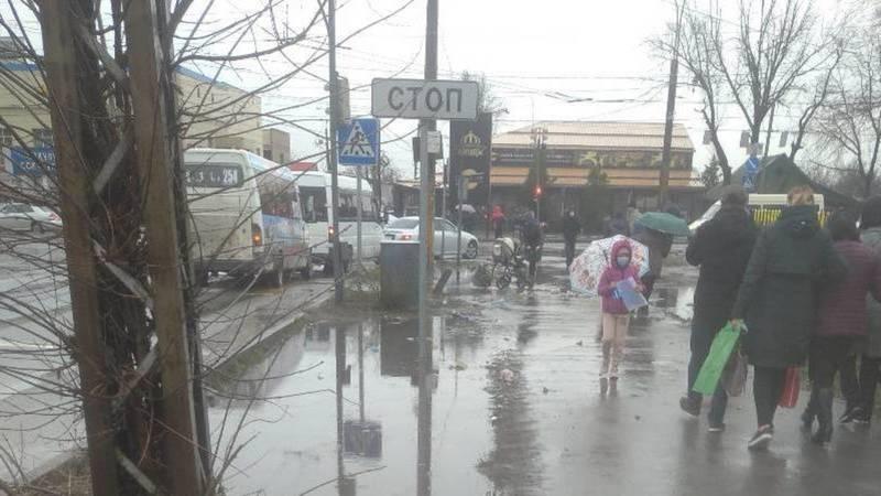 На Киркомстром во время дождей вода затапливает дорогу и тротуар. Фото горожанина Илимбека