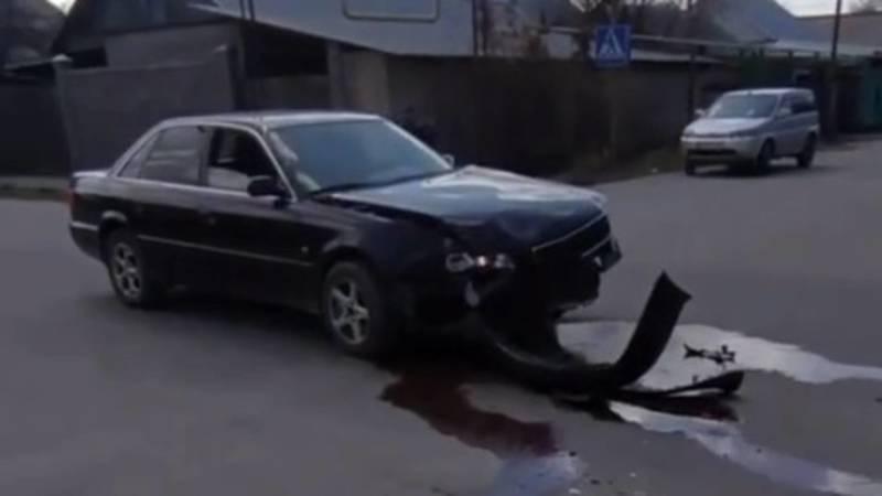 В Кызыл-Аскере «Фит» врезался в столб, столкнувшись с другим авто. Видео с места аварии