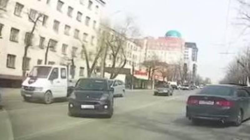 На Ахунбаева «Тойота» развернулась через двойную сплошную. Видео