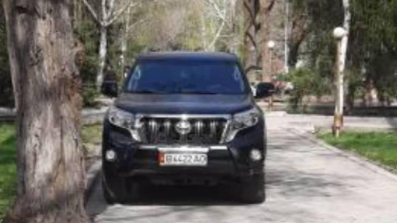 «Прадо» припаркован на тротуаре в сквере возле Белого дома. Фото