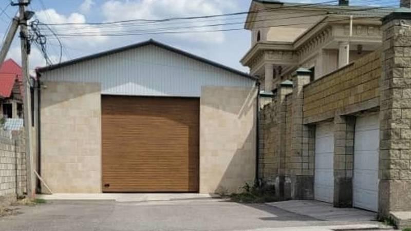 Законно ли на ул.Толомуша Океева построили гараж посреди дороги. Фото горожанина