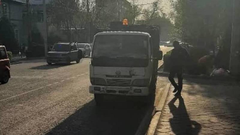 Мусоровоз припарковался на остановке по встречке. Фото