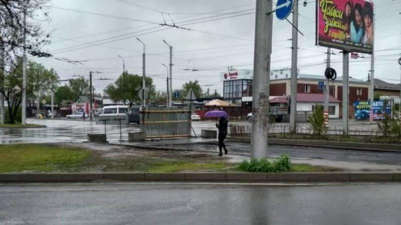 На Гагарина кладут асфальт, а тротуара для пешеходов нет. Фото местного жителя
