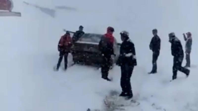 Перевал Кара-Коо замело снегом, машины застряли. Видео и фото