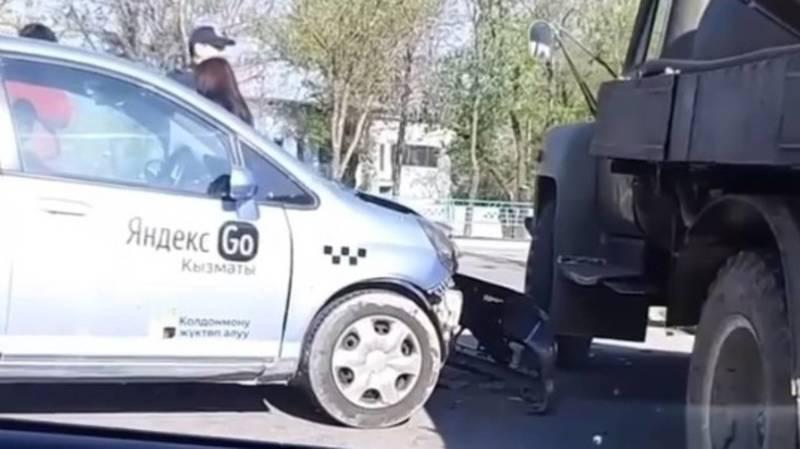 На Алматинке машина «Яндекс Такси» врезалась в ГАЗ-53. Видео с места аварии