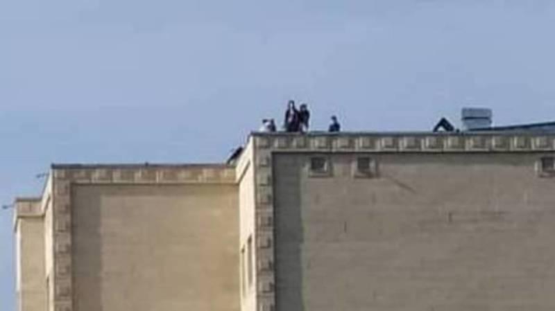 На крыше многоэтажного дома играют дети. Фото очевидца