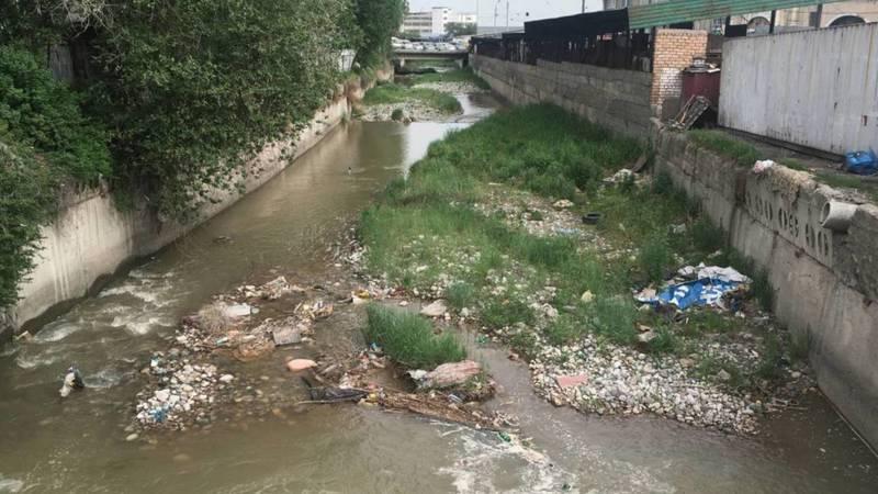 На Ошском рынке продавцы бросают мусор в реку Ала-Арча. Фото горожанина