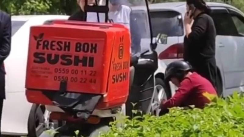 В Бишкеке сбили доставщика на скутере. Видео с места аварии