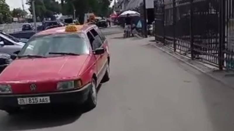На Дэн Сяопина машины едут по тротуару. Видео