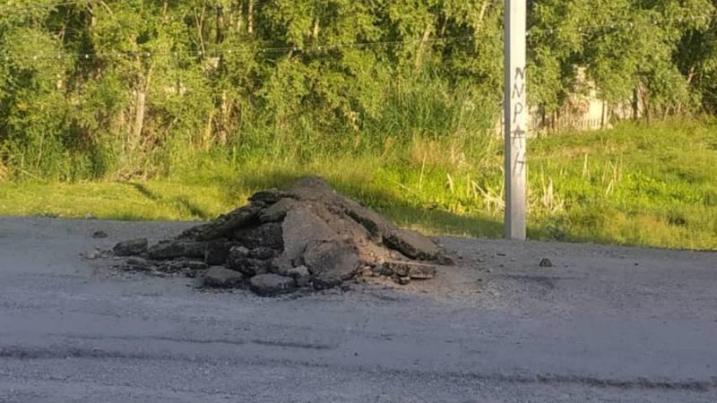 В Иссык-Атинском районе дыры на дороге засыпают кусками асфальта с другого участка. Фото