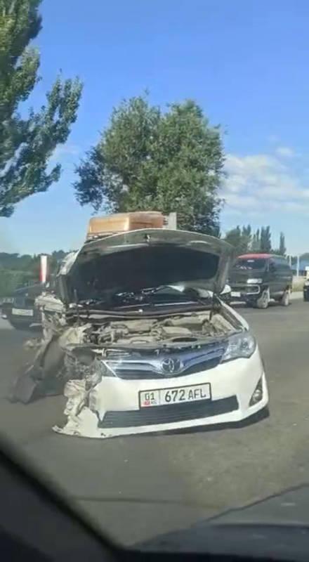 На объездной столкнулись грузовик и легковушка. Видео