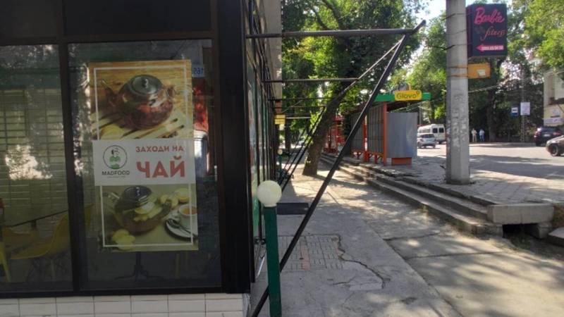 Кафе Mad Food еще не демонтировало навес на Московской. Фото горожанина