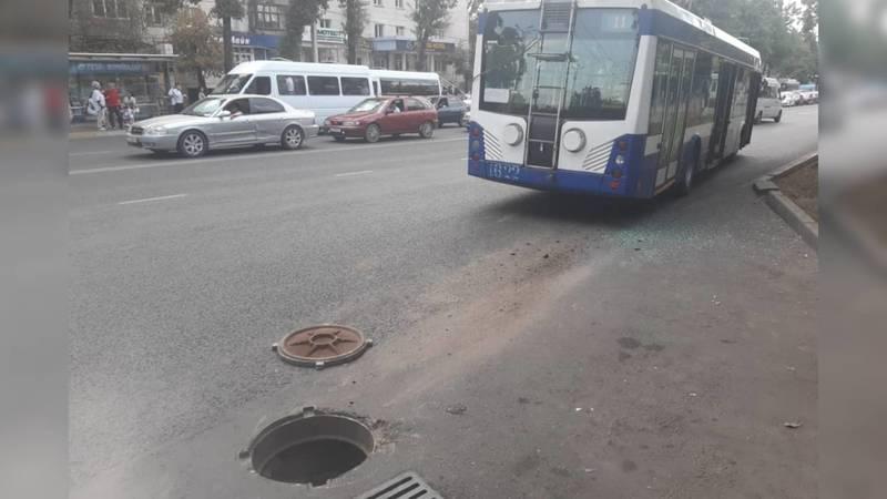 Окна троллейбуса разбились после прыжка на канализационном люке. Фото