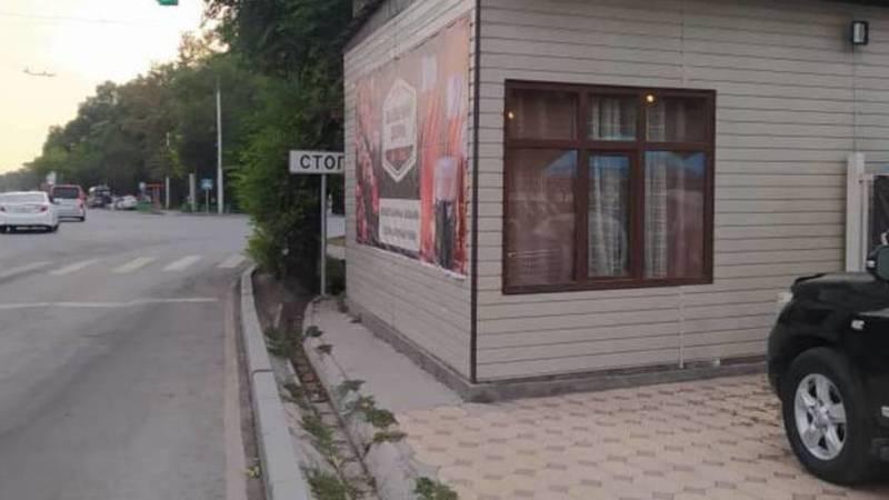 На Жибек Жолу шашлычная стоит на тротуаре. Фото горожанина
