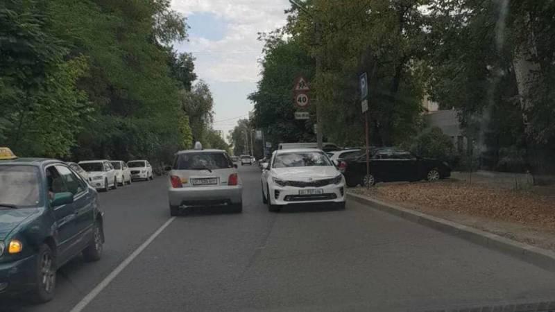 KIA припаркована против шерсти на Уметалиева. Фото