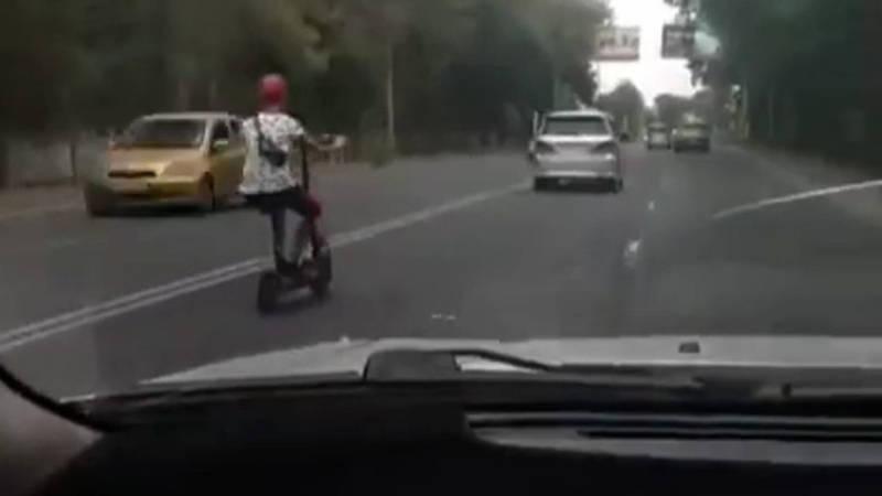 Парень на самокате обгоняет машины, - очевидец (видео)