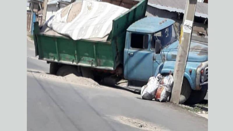 В Новопавловке крошится новый асфальт. Грузовик провалился в яму, - жители (видео, фото)