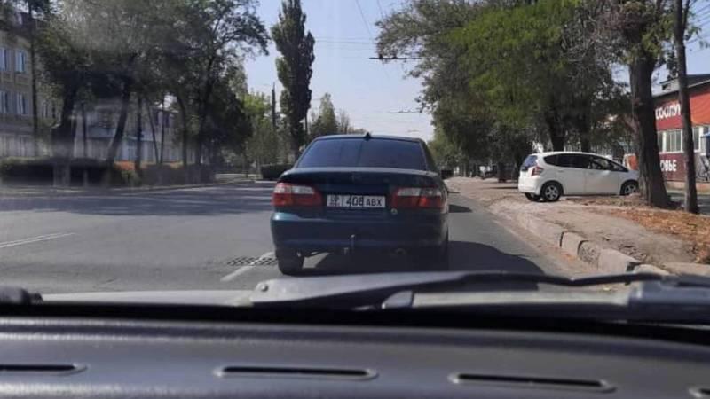 Водитель «Мазды» хомутами закрыл цифры на госномере. Фото