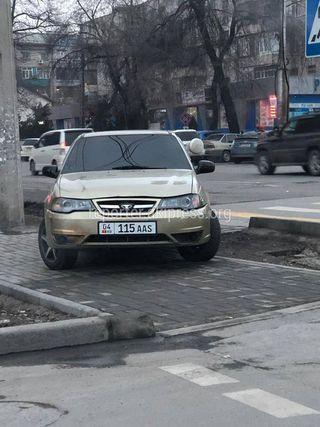 Парковка на тротуаре и тонировка госномер: 04KG115AAS