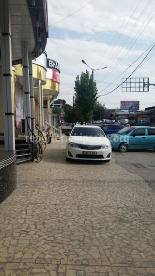 Фотоподборка автомашин, припаркованных на тротуаре