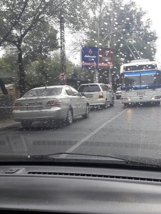 Легковые автомашины заняли полосу для троллейбусов, что тому пришлось выйти на встречную полосу