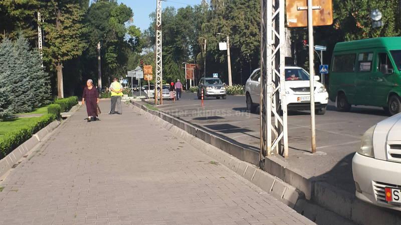 Почему ограничивают парковку возле банка по улице Московской?