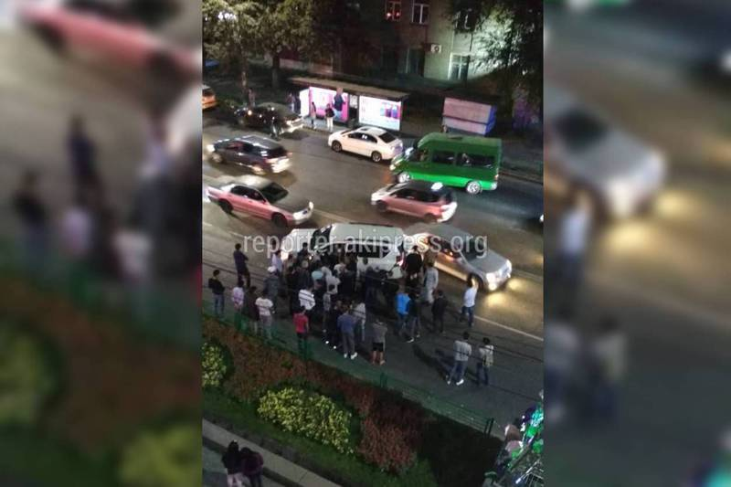 Видео — На Байтик Баатыра произошло 2 ДТП за час: Столкнулись «Мерседес» и «Тойота Ленд Крузер»